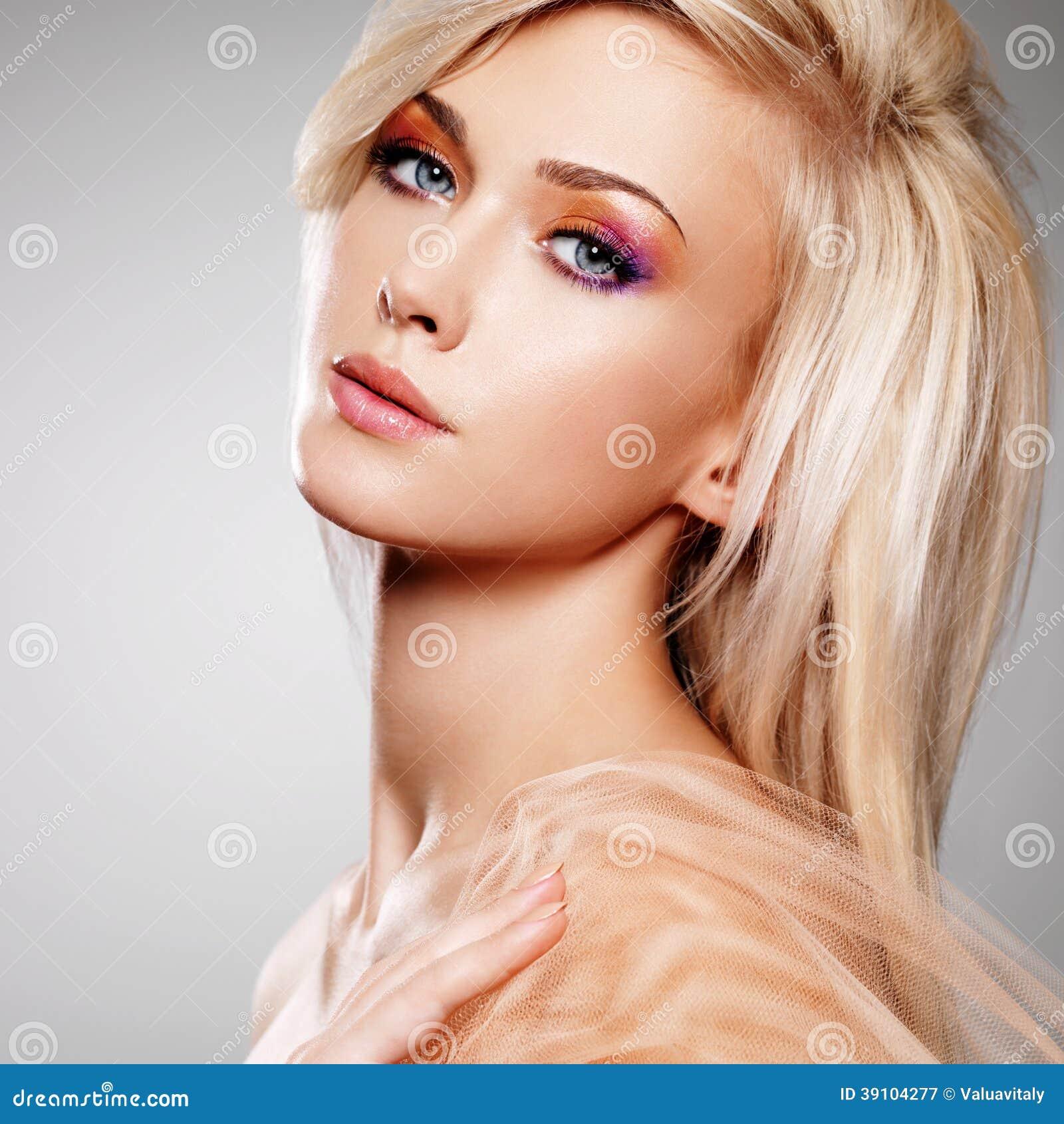 Sensuele jonge vrouw in de beige stof.