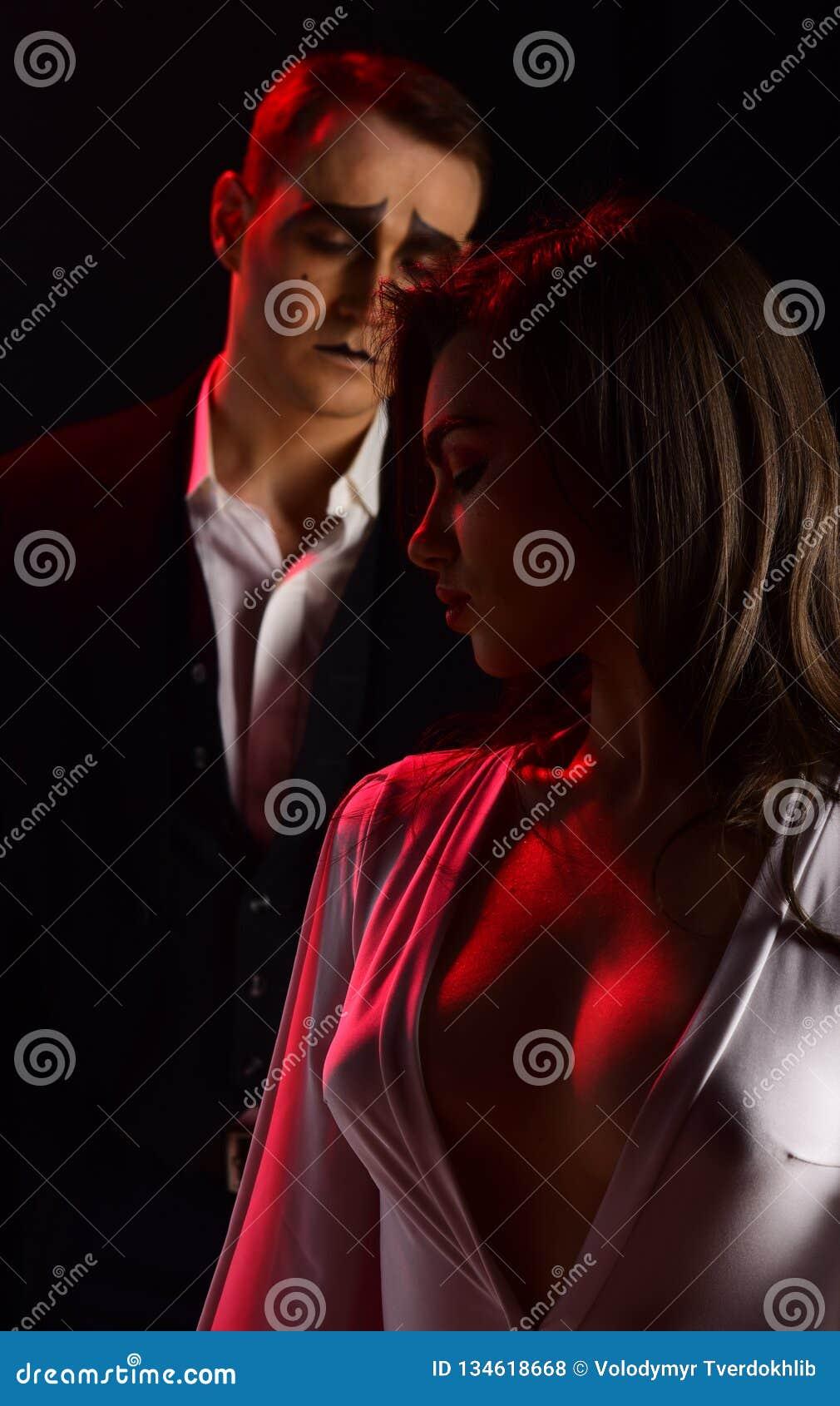 Sensuele soulmates Boots vrouw en man handeling in romantische scène na Het paar van bootst kunstenaars na uitvoert Romaans op st