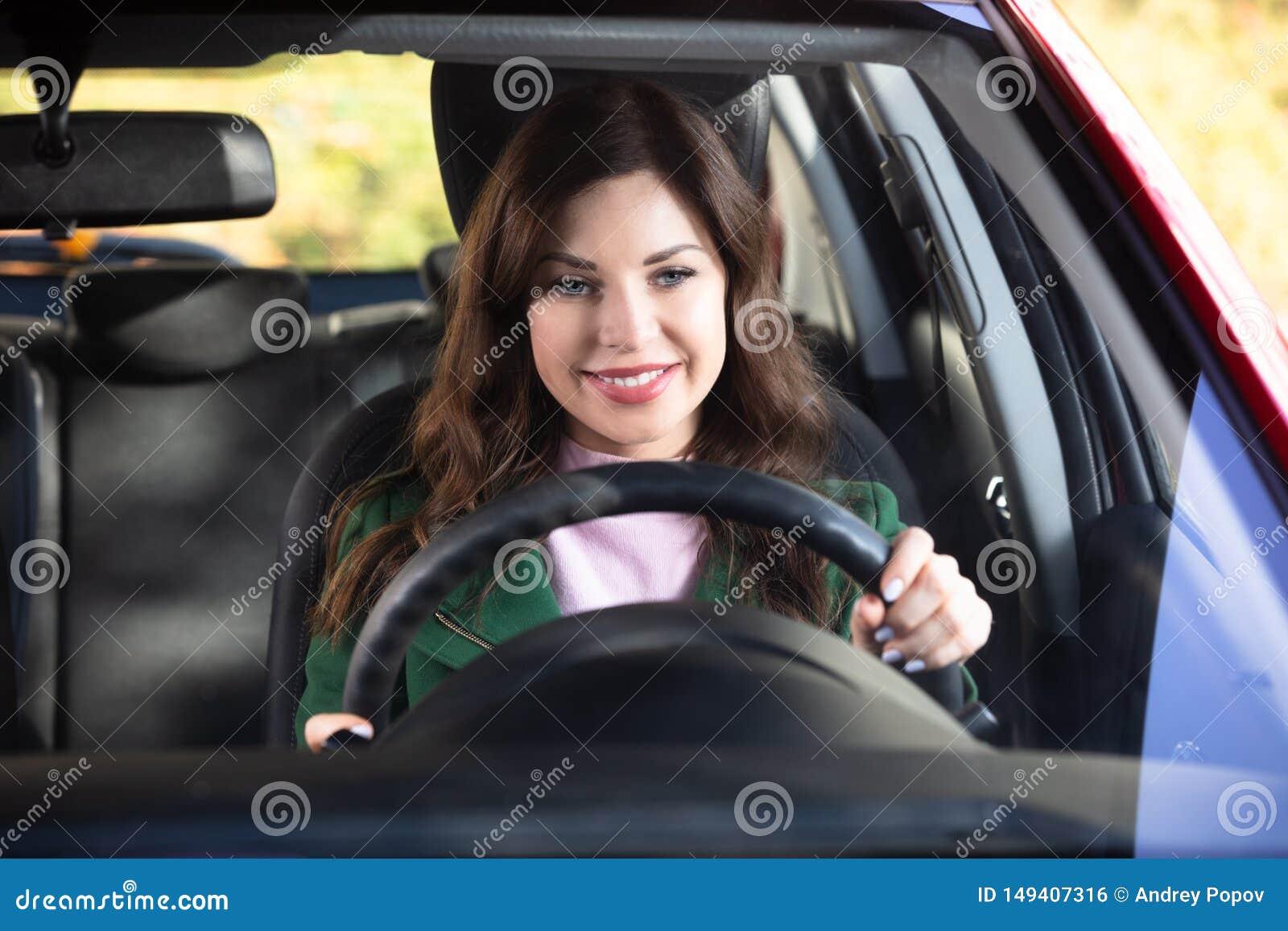 Sentada de la mujer dentro del coche