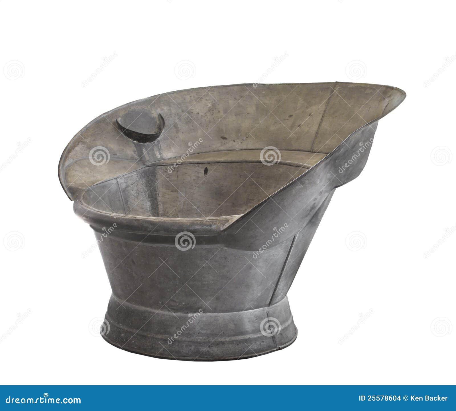 Sentada galvanizada vieja del estaño que baña la tina aislada.