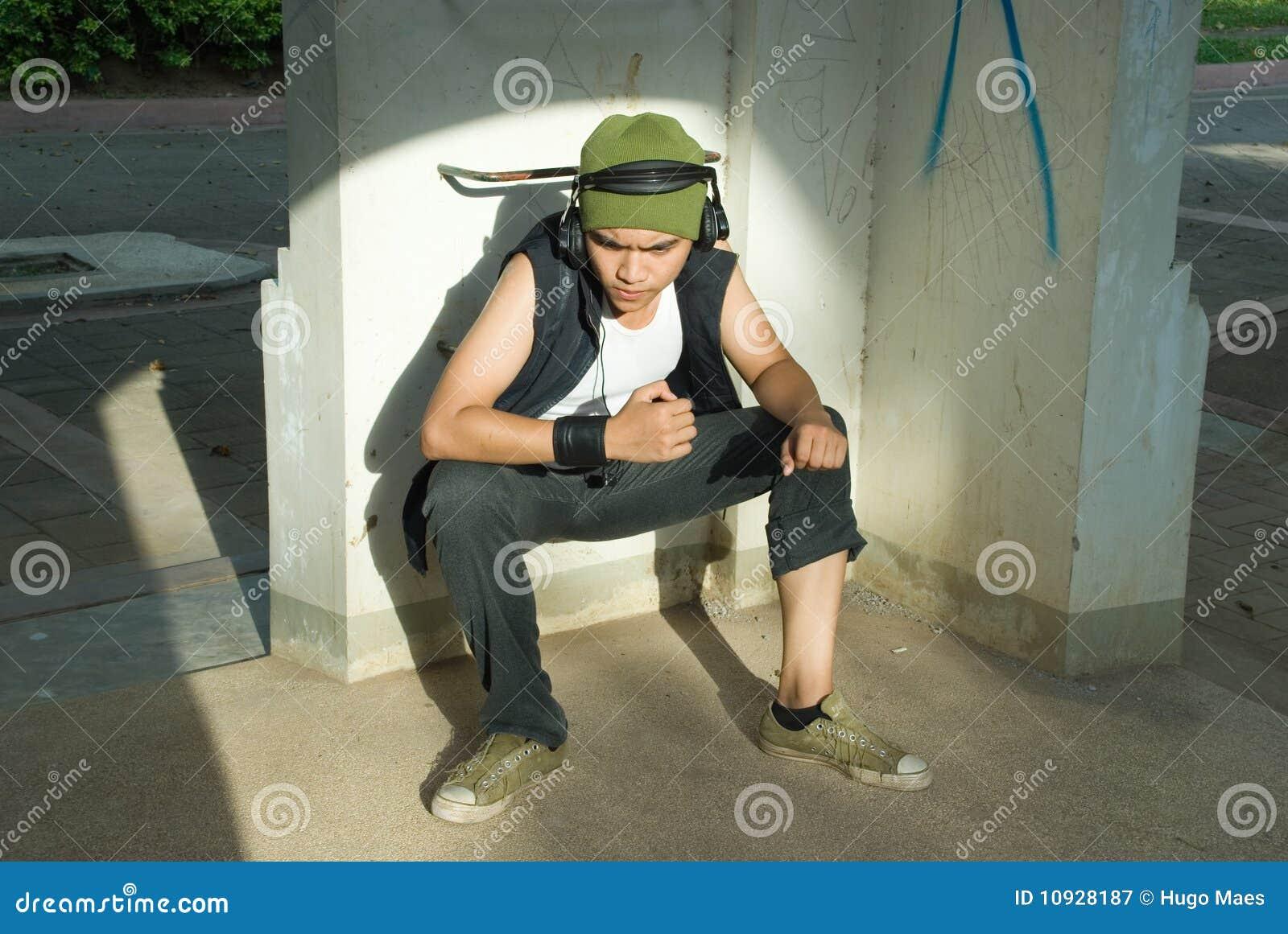 Sentada joven del hombre del golpeador