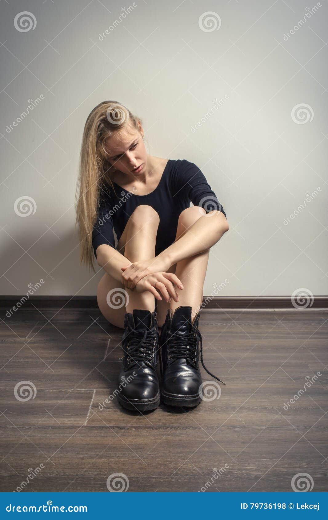 Sentada triste de la muchacha