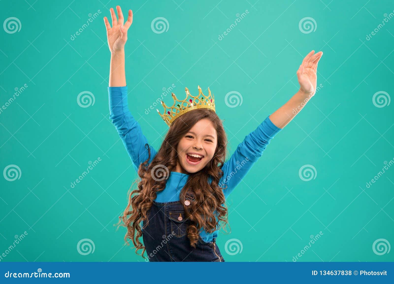 Sente como a rainha A criança veste o símbolo dourado da coroa da princesa Princesa pequena da senhora Suporte bonito do quando d