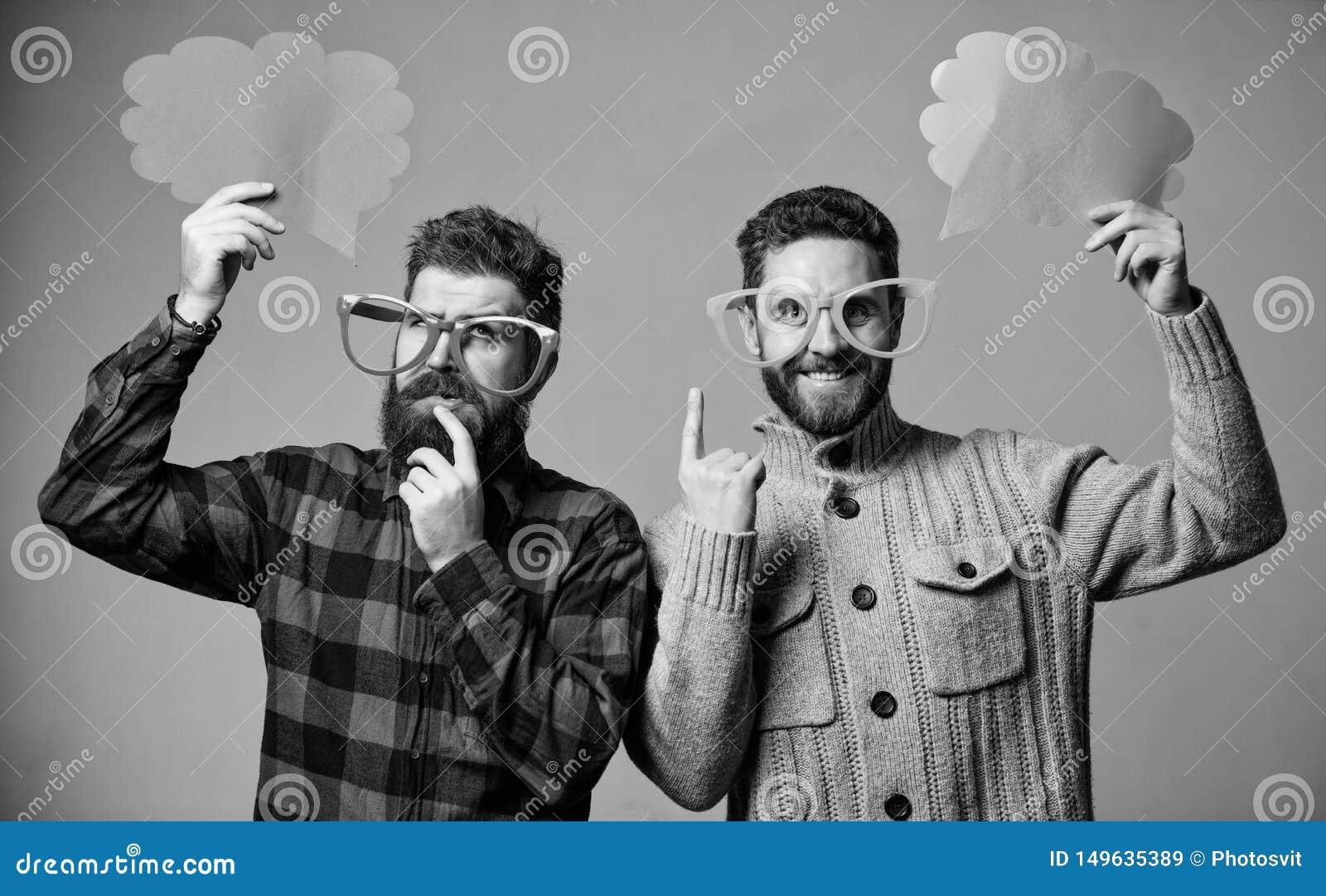 Sentido c?mico e do humor Os homens com o moderno maduro da barba e do bigode vestem mon?culos engra?ados Explique o conceito do