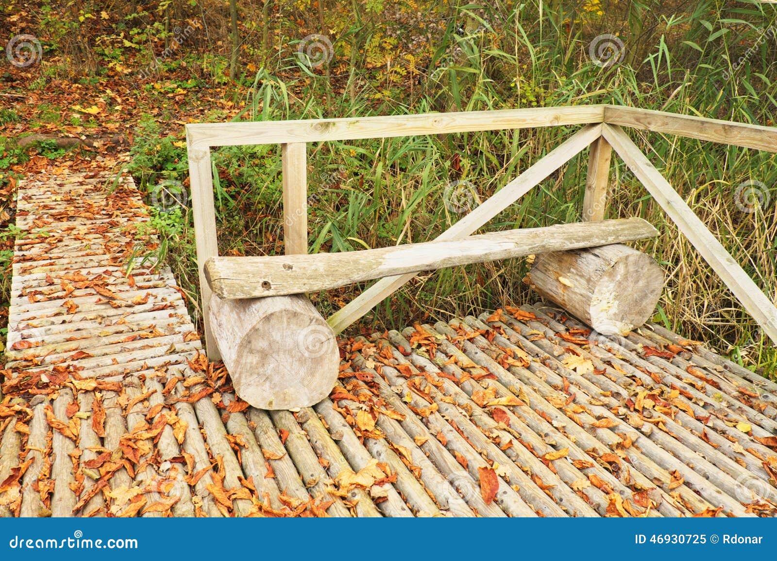 sentier pi ton en bois avec les feuilles color es s ches d 39 automne passerelle de bois de. Black Bedroom Furniture Sets. Home Design Ideas