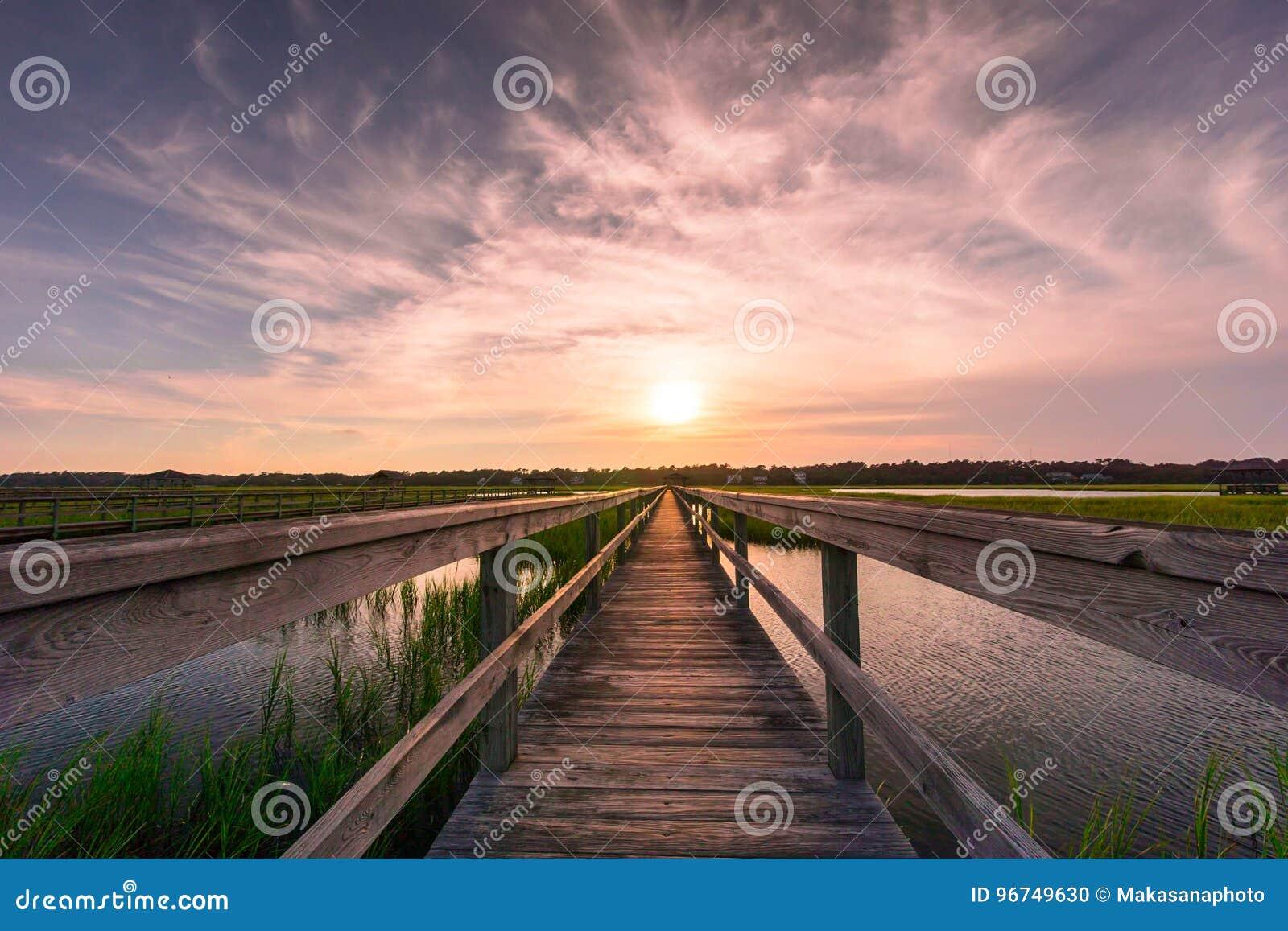 Sentiero costiero sopra la palude d acqua salata al tramonto