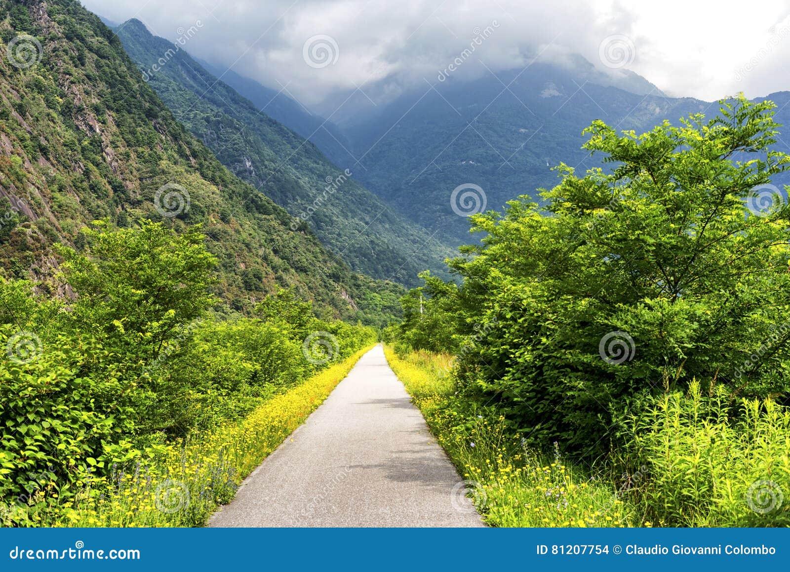 Sentiero la Valteline près de Colico Italie