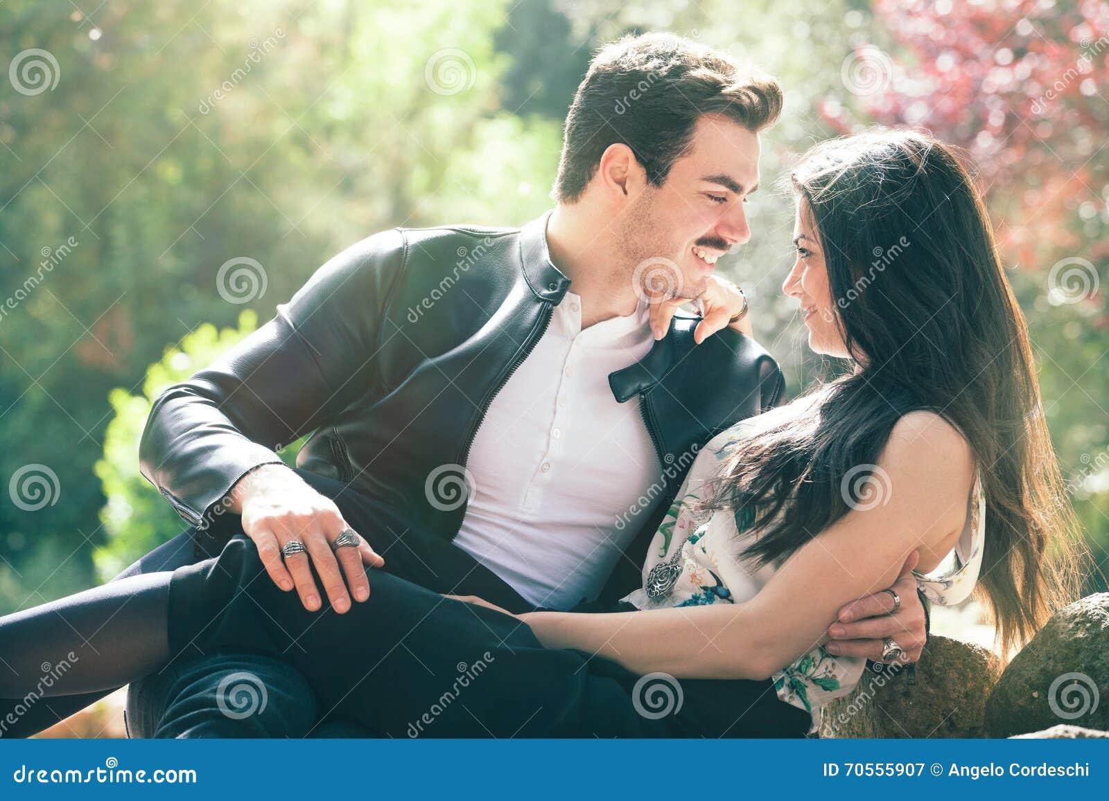 Sentiment d amour de couples bon Harmonie affectueuse Premier baiser romantique