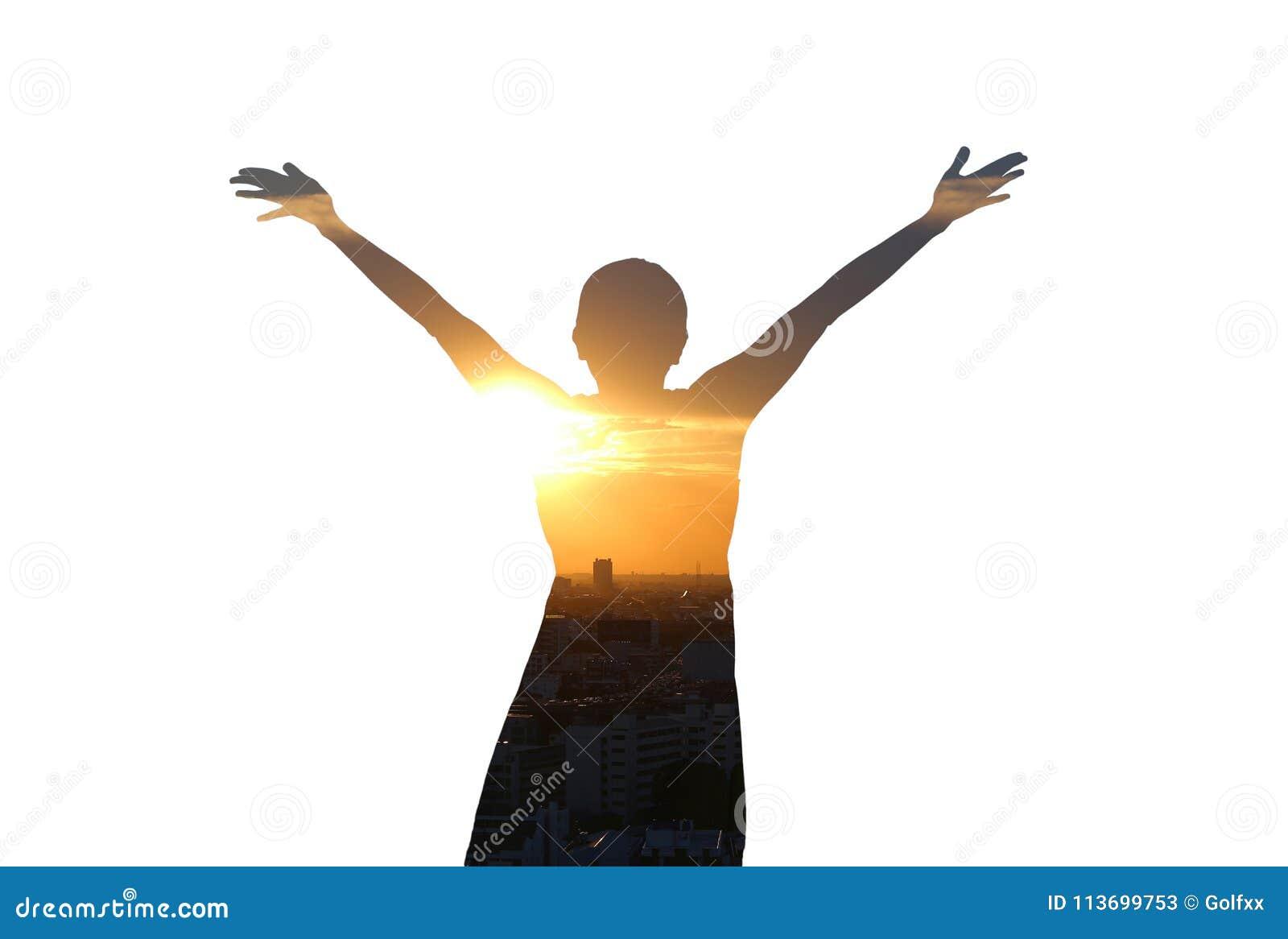 Sentiment de femme de double exposition gratuit et bras grands ouverts avec le coucher du soleil de soirée sur le fond blanc