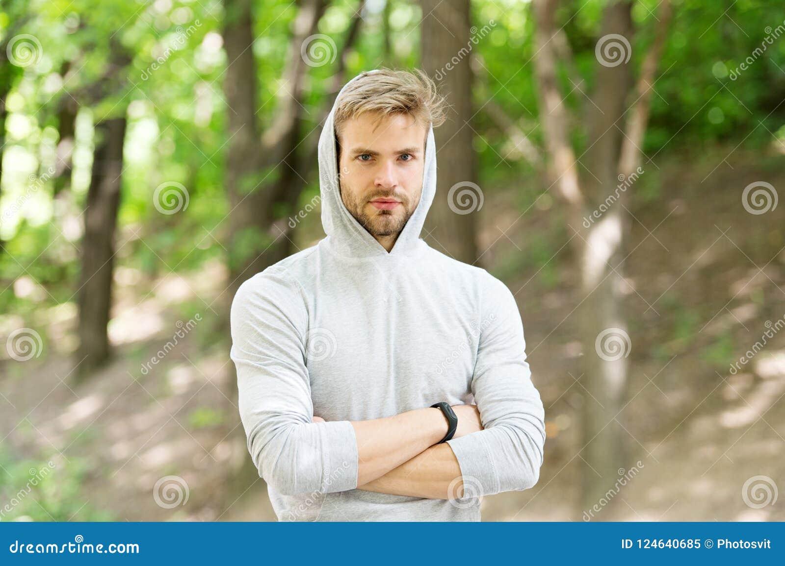 Sentimento seguro Roupa ocasional atrativa farpada do indivíduo encapuçado Homem com fundo seguro da natureza da cara da cerda