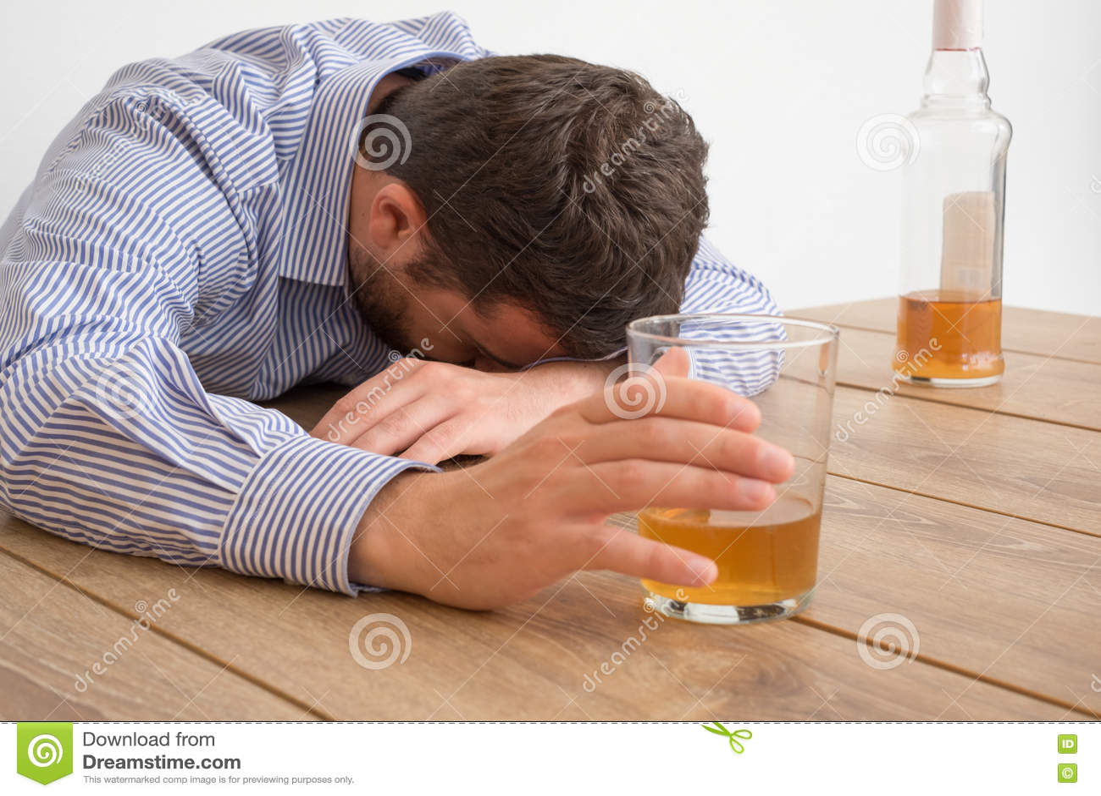 Sentimento viciado do álcool do homem mau