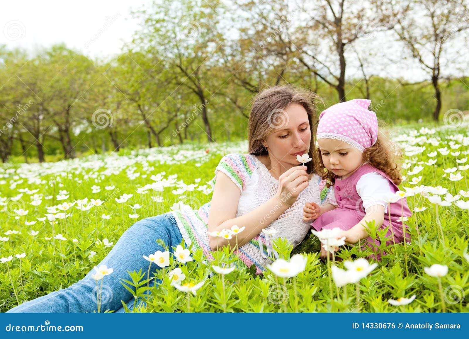 sentir une fleur photo stock image du fleurs vert mensonge 14330676. Black Bedroom Furniture Sets. Home Design Ideas