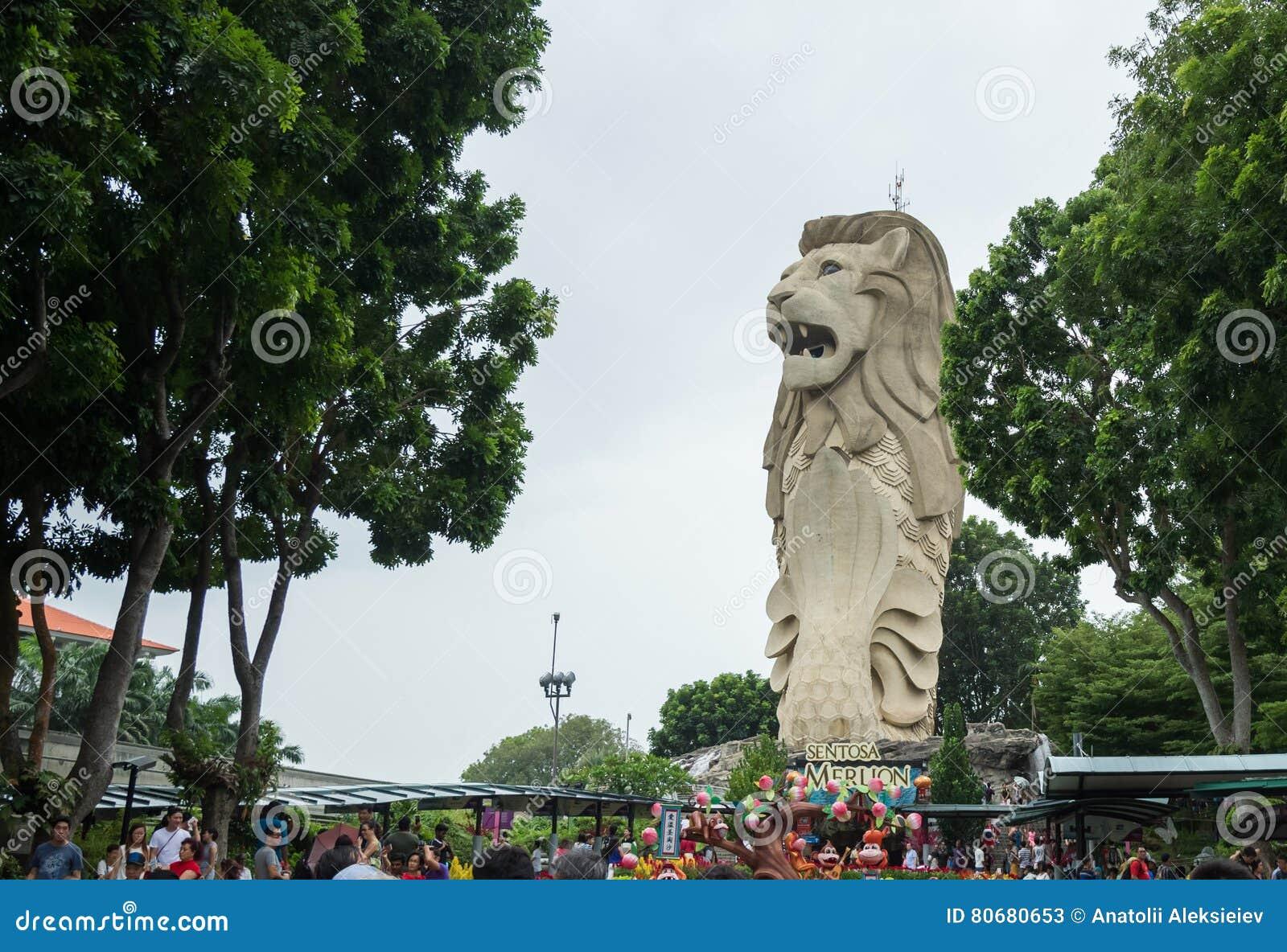 Sentosa Merlion overheerst de burgers op de straten van Singapore
