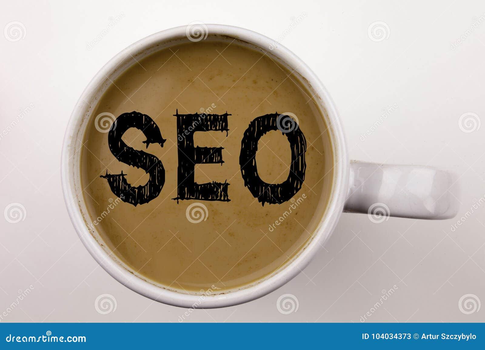 SEO Search Engine Optimization Writing-tekst in koffie in kop Bedrijfsconcept voor SEO op witte achtergrond met exemplaarruimte z
