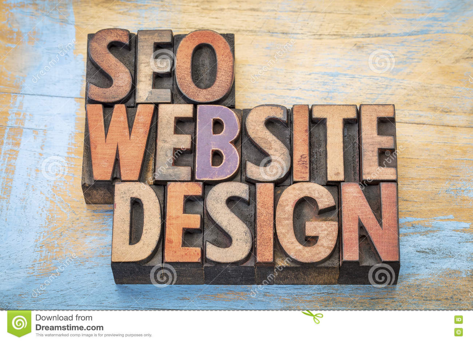 SEO y el sitio web diseñan el extracto de la palabra en el tipo de madera
