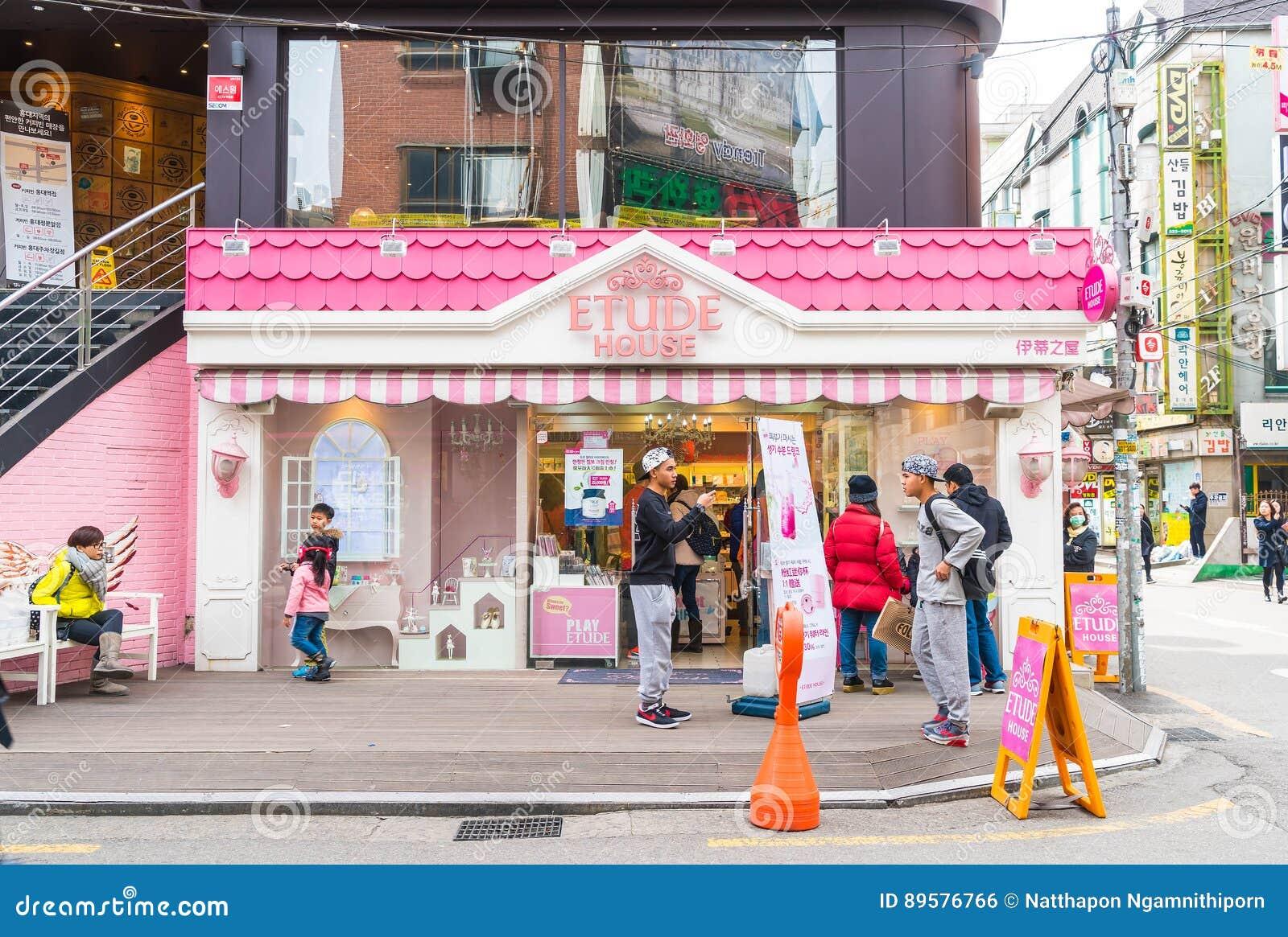 Seoul Sydkorea - Mars 8, 2016: Etudehuslager i Seoul E