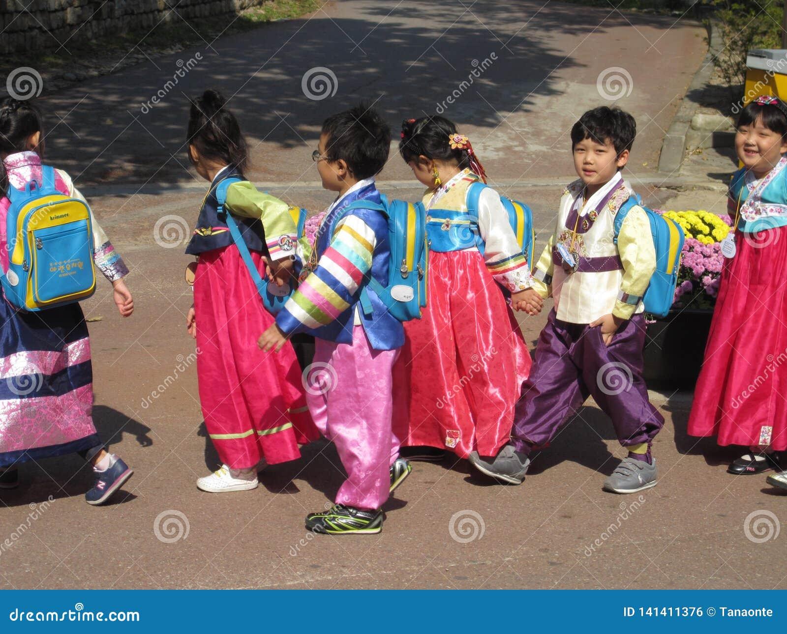 Seoul Sydkorea, Oktober 2012: Grupp av ungar i traditionell koreansk klänning eller Hanbok