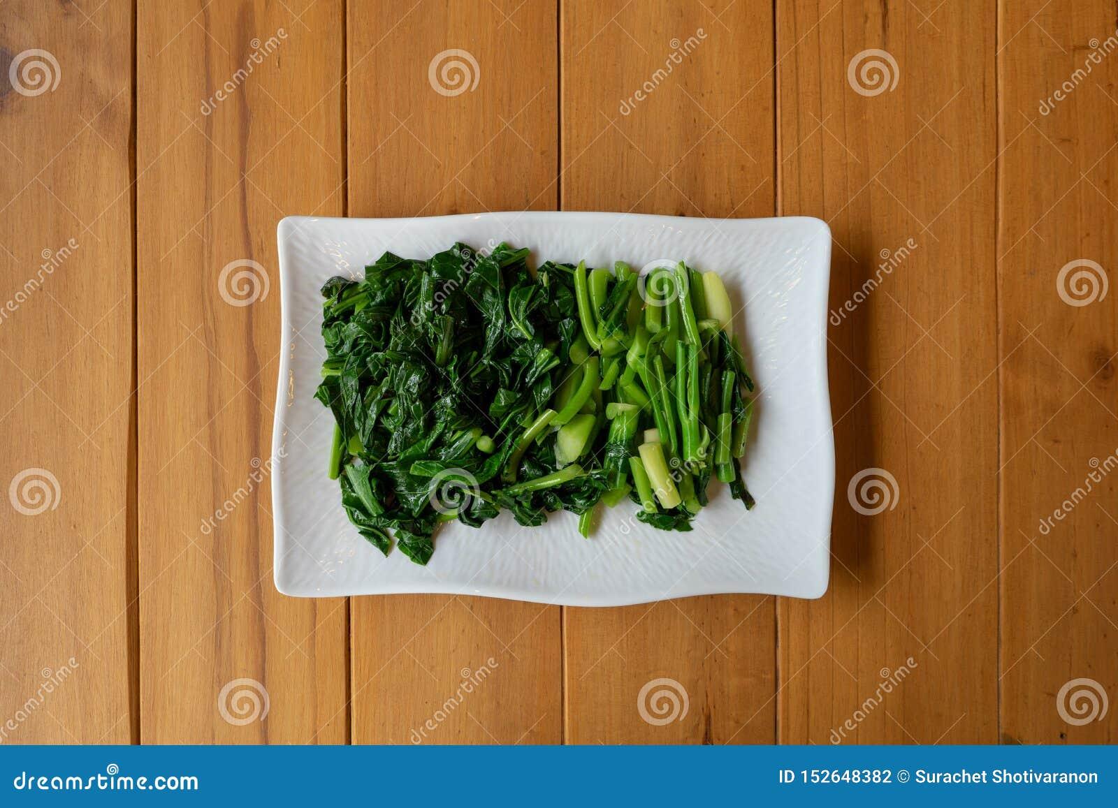 Separate deslizou e ferveu a configuração tailandesa chinesa do vegetal da COUVE no retângulo branco na tabela de madeira
