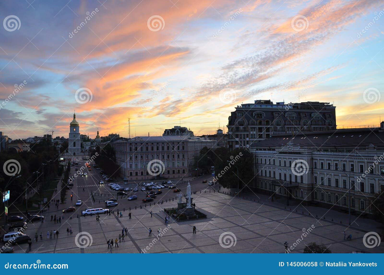 12. September 2010 - alte historische Architektur in der Mitte von Kiew gegen den blauen Himmel mit wei?en Wolken
