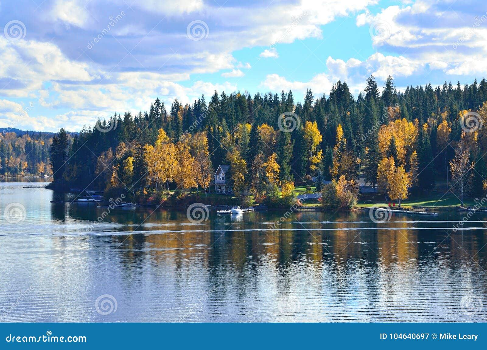 Download September bij het meer stock afbeelding. Afbeelding bestaande uit rimpelingen - 104640697