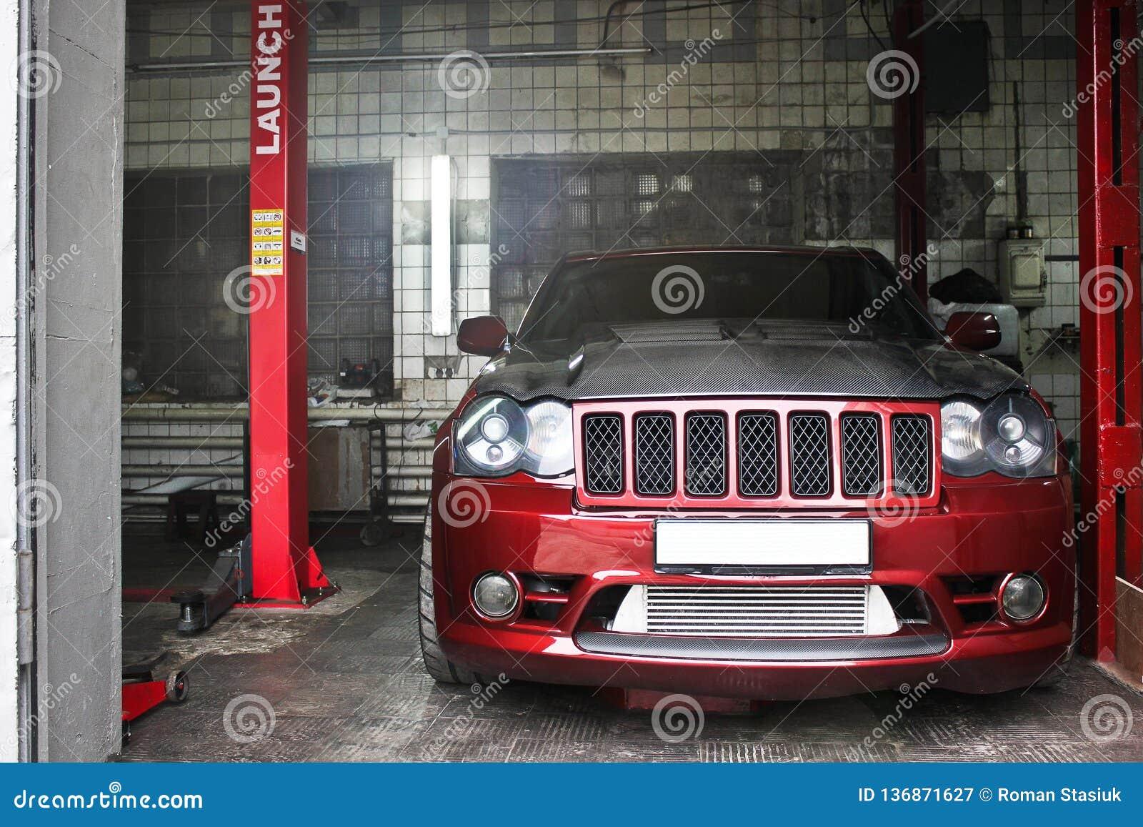 23. September 2012 Kiew Jeep Grand Cherokee SRT8 an der Tankstelle wartung Grobes Auto nicht für den Straßenverkehr