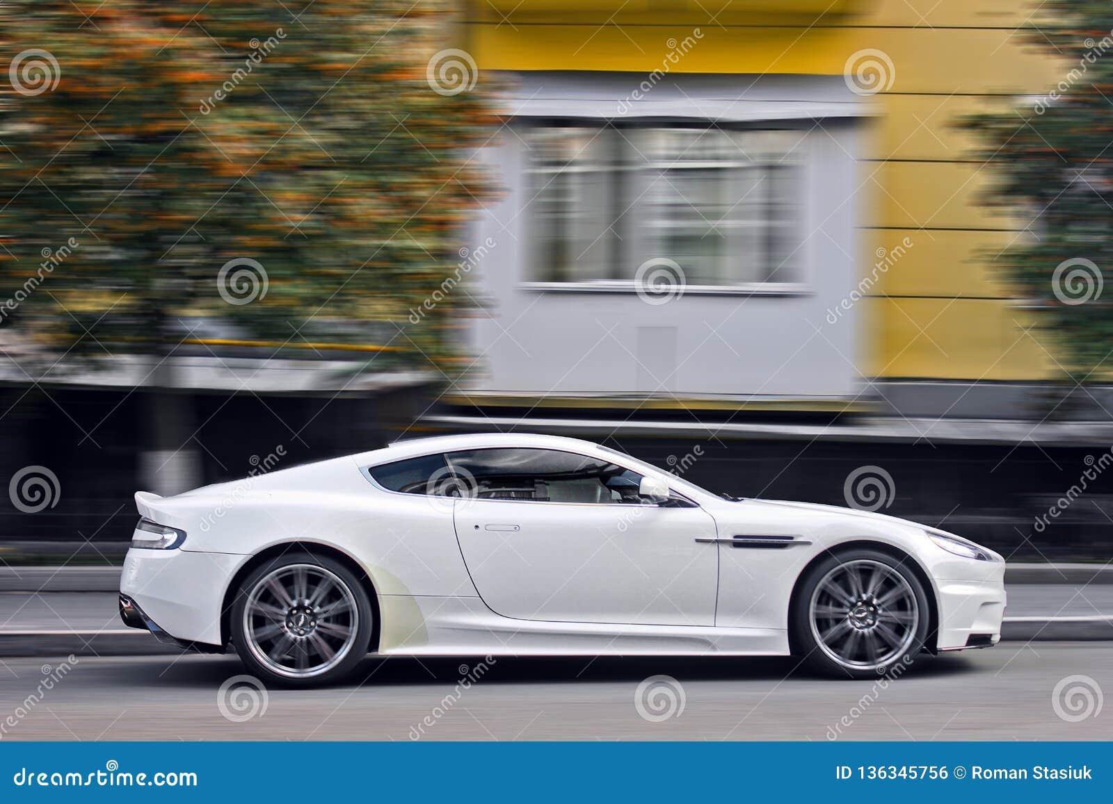 September 2017 Kiew Ukraine Weißes Aston Martin Dbs Supercar Auto In Der Bewegung Redaktionelles Foto Bild Von Metall Frontseite 136345756
