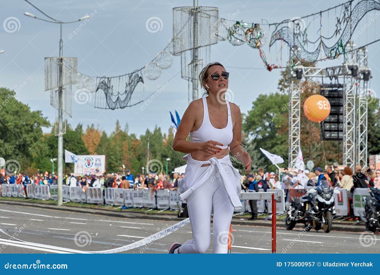 https://thumbs.dreamstime.com/z/september-minsk-belarus-beautiful-woman-white-suit-glasses-runs-marathon-city-road-half-marathon-minsk-running-175000957.jpg