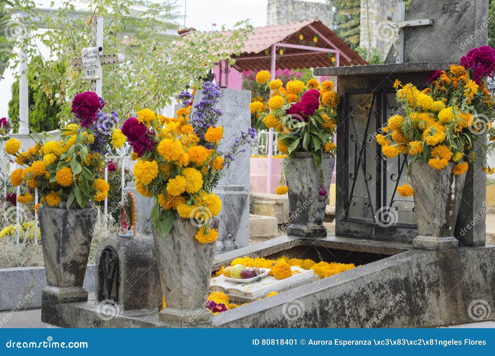 Sepulcro adornado con las flores