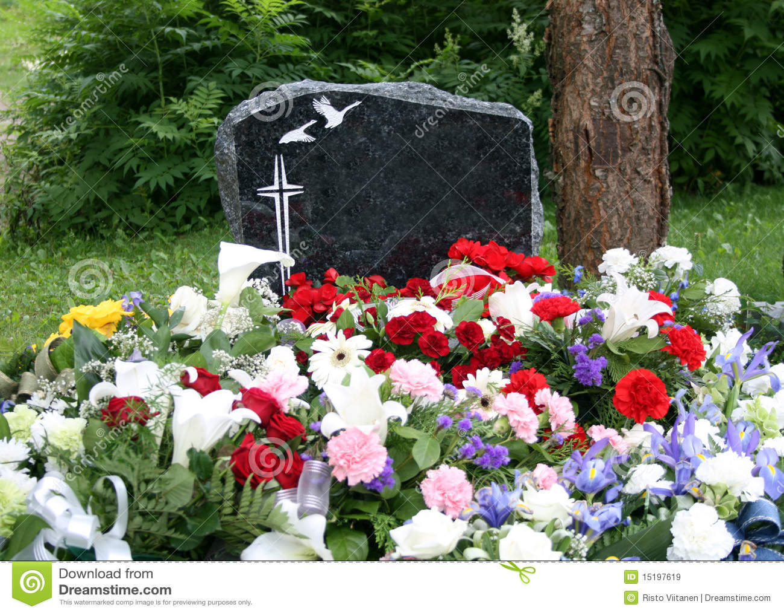 Sepulcro con las flores frescas