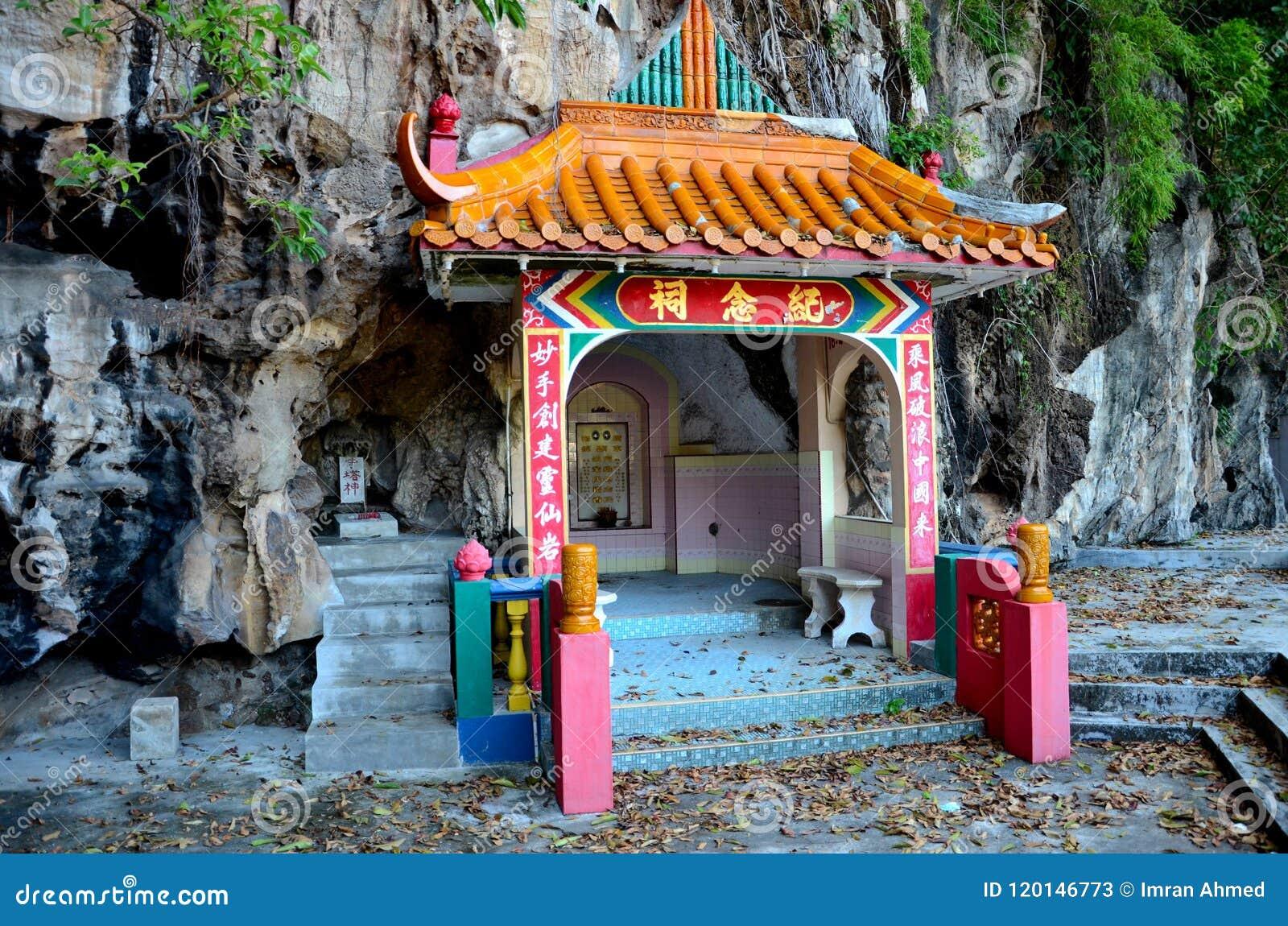 Sepulcro de los pares del fundador de la roca del templo divino de las bebidas espirituosas adentro en la base Ipoh Malasia de la