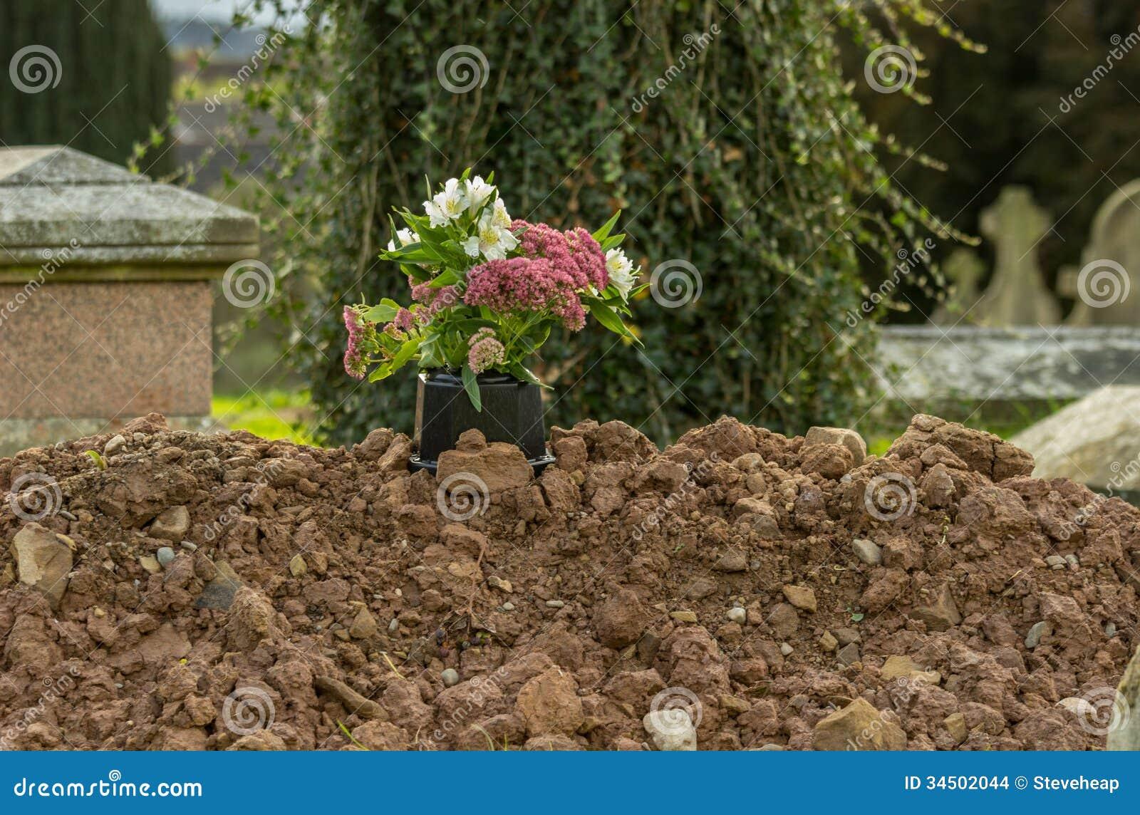 Sepulcro recientemente cavado en cementerio