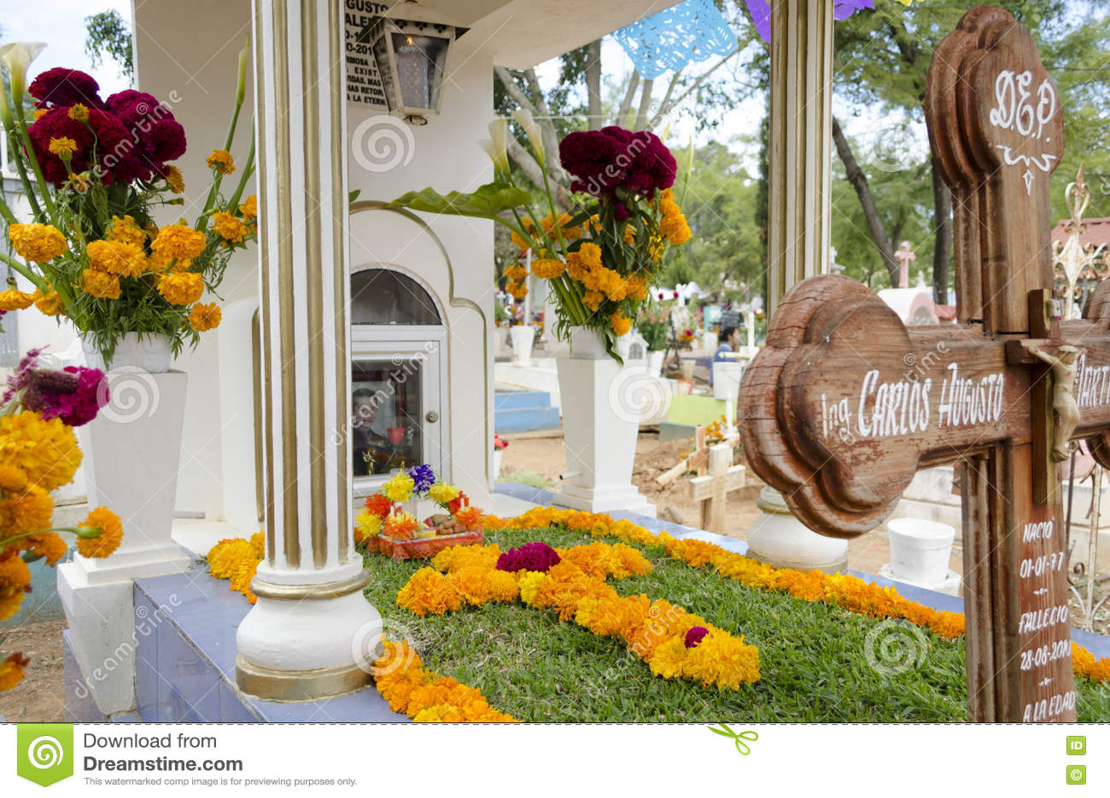 Sepultura decorada com flores