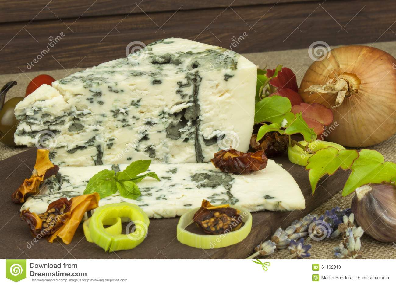 Ser z foremką na drewnianej tnącej desce Przygotowanie aromatyczny ser Stilton ser na drewnianej ser desce