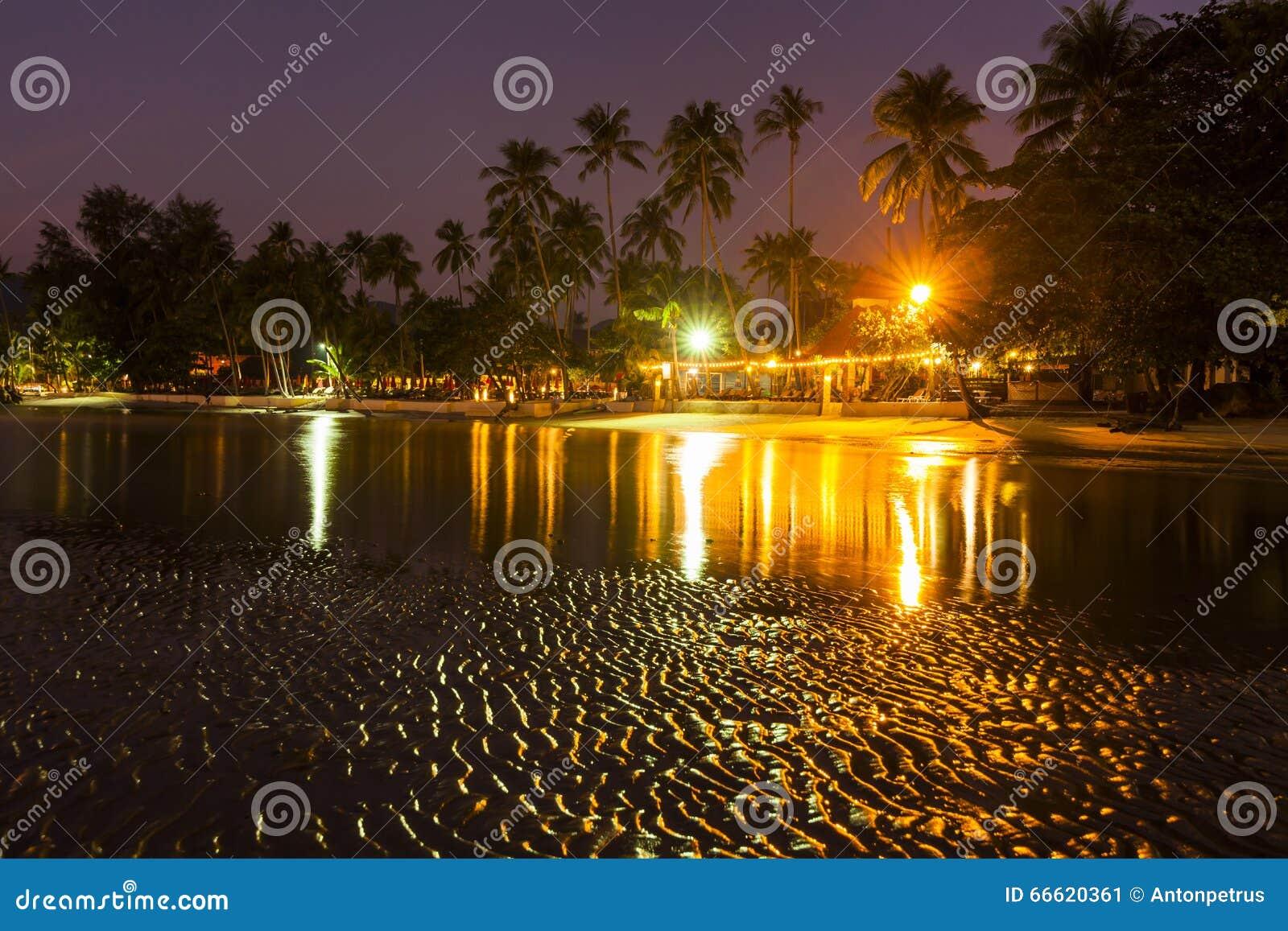 Sera romantica su unisola tropicale con illuminazione di notte