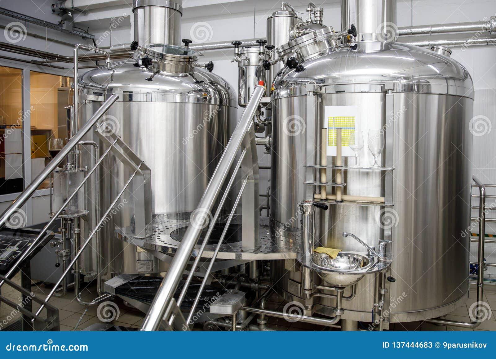 Serbatoi di acciaio di produzione della fabbrica di birra e tubi moderni, birra del mestiere nel microbirrificio