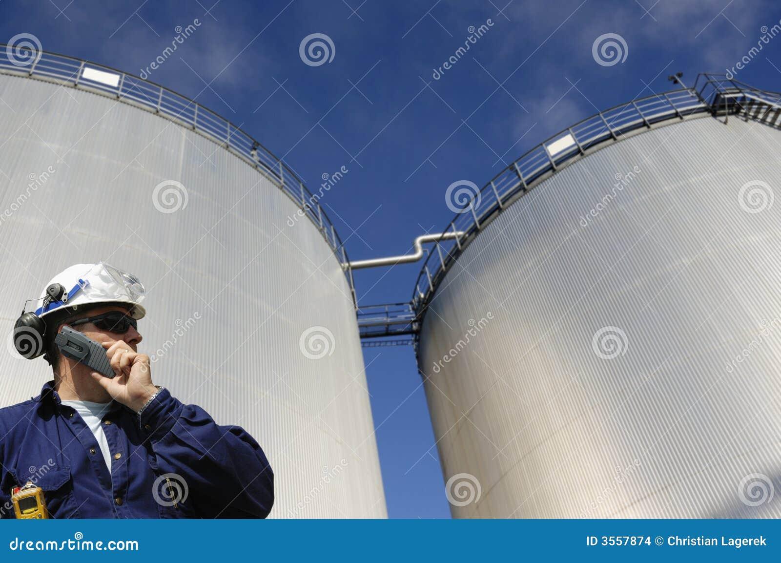 Serbatoi ed assistente tecnico della raffineria