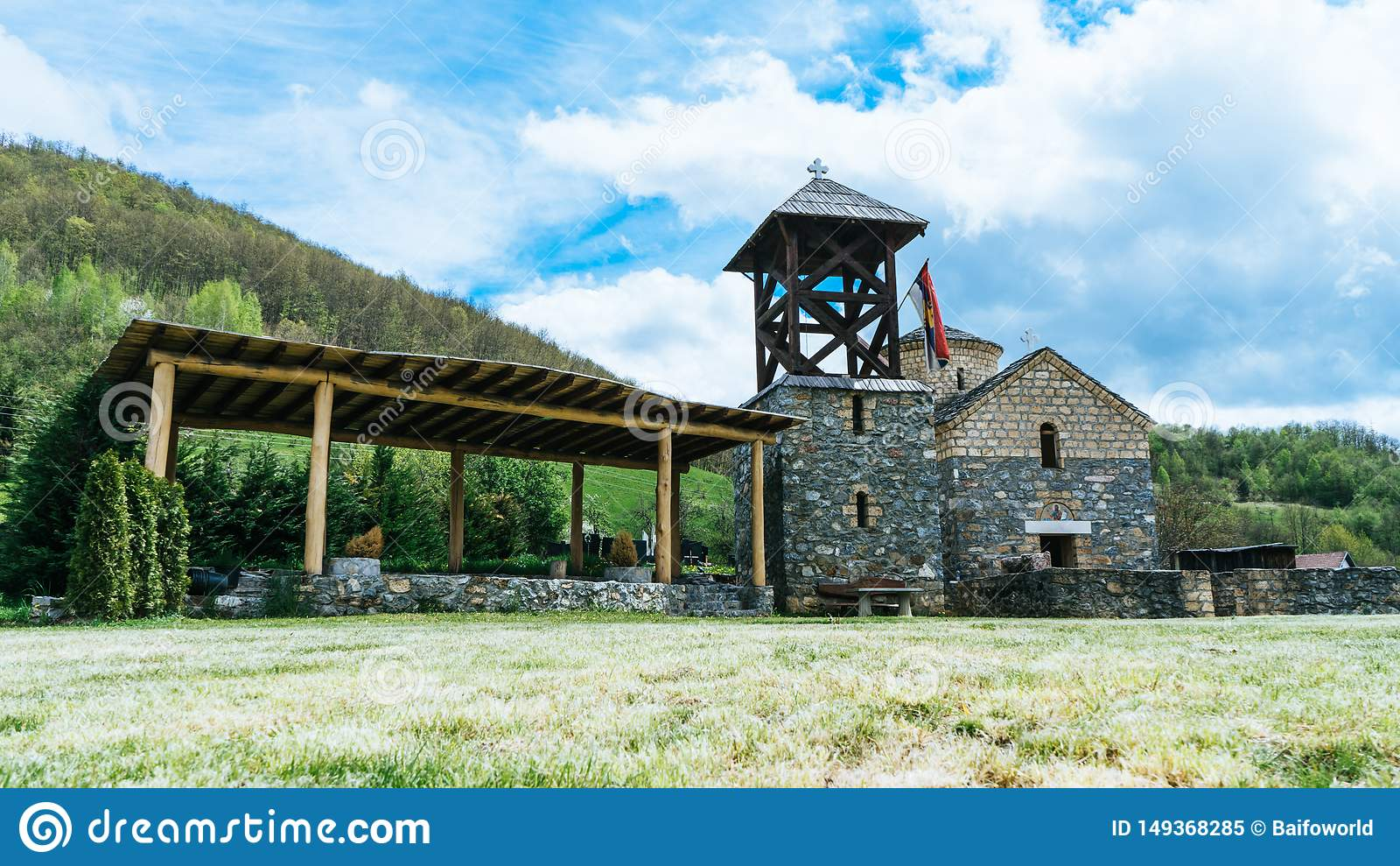 Serbische Flagge der orthodoxen Kirche durch einen kleinen Schrein Sakrale Architektur orthodoxe Kirche crkva svetog jovan krstit