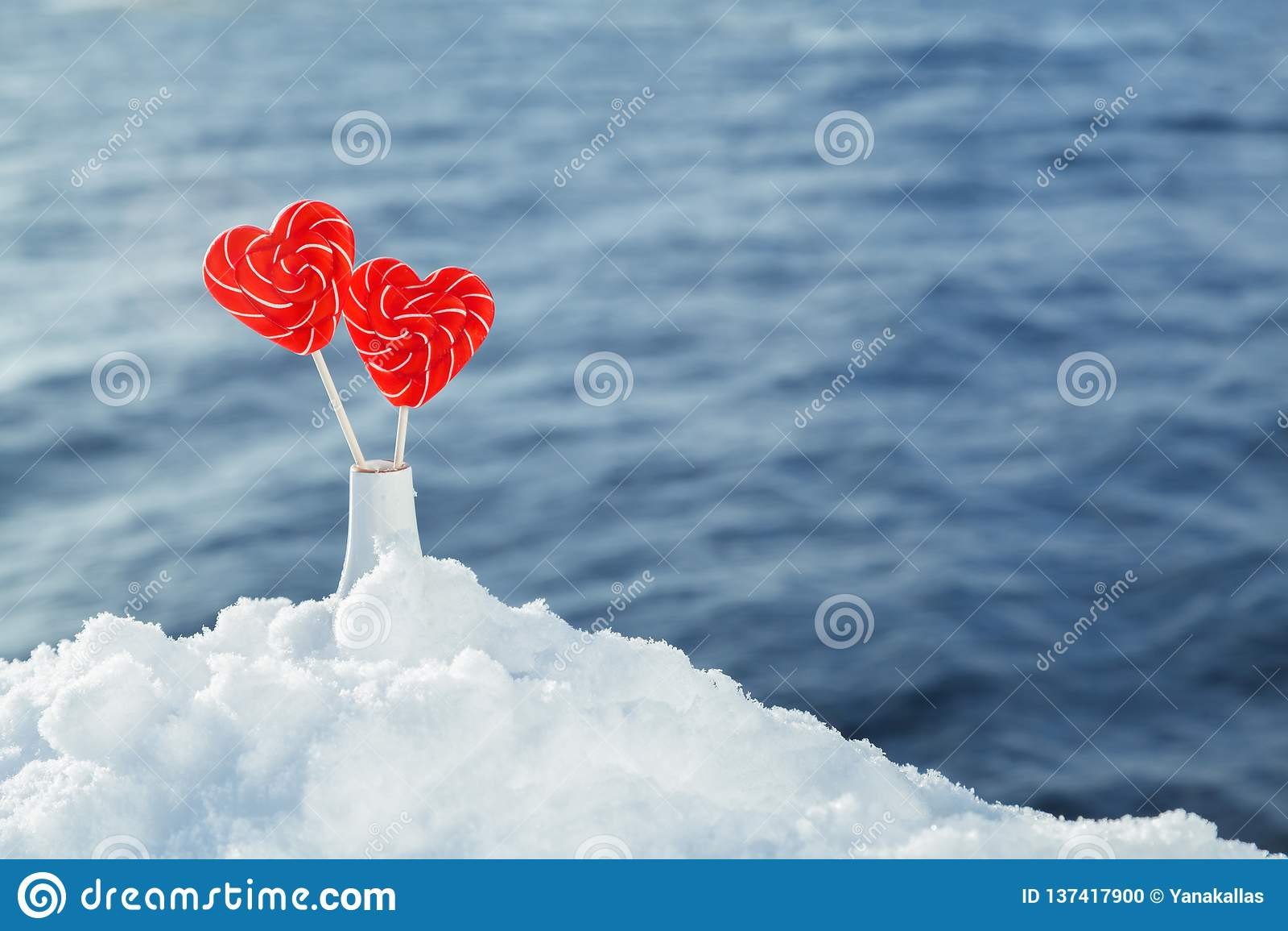 Serce lizaki w śniegu na tle denne fale Romantyczna data, deklaracja miłość, walentynka dzień
