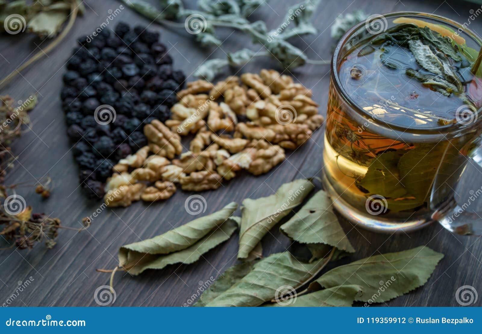 Serce wysuszone wiśnie, dokrętki i suszący liście herbata, boczny widok