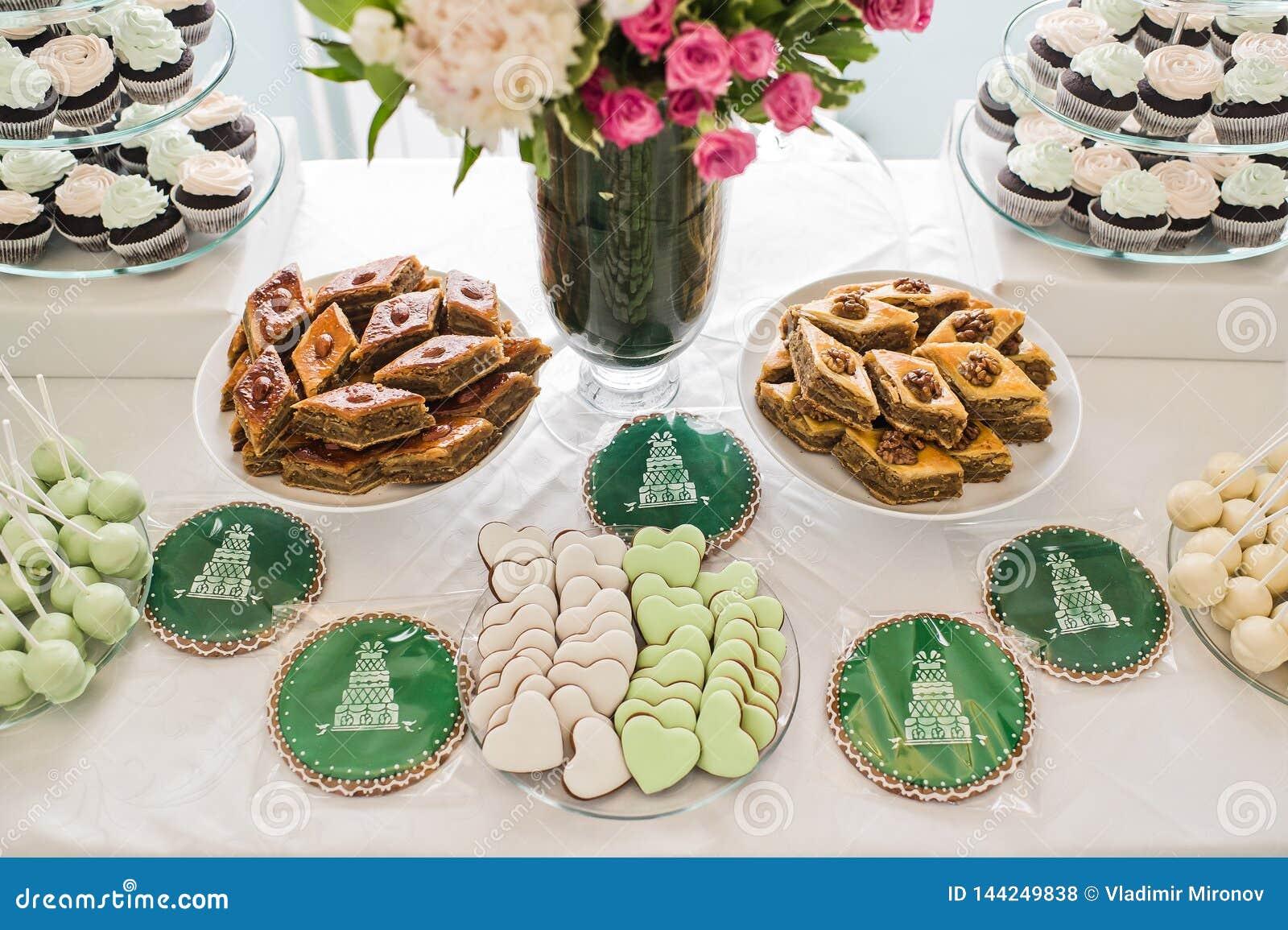 Sercowaci ciastka różowią i zielenieją, cukierki stół w restauracji