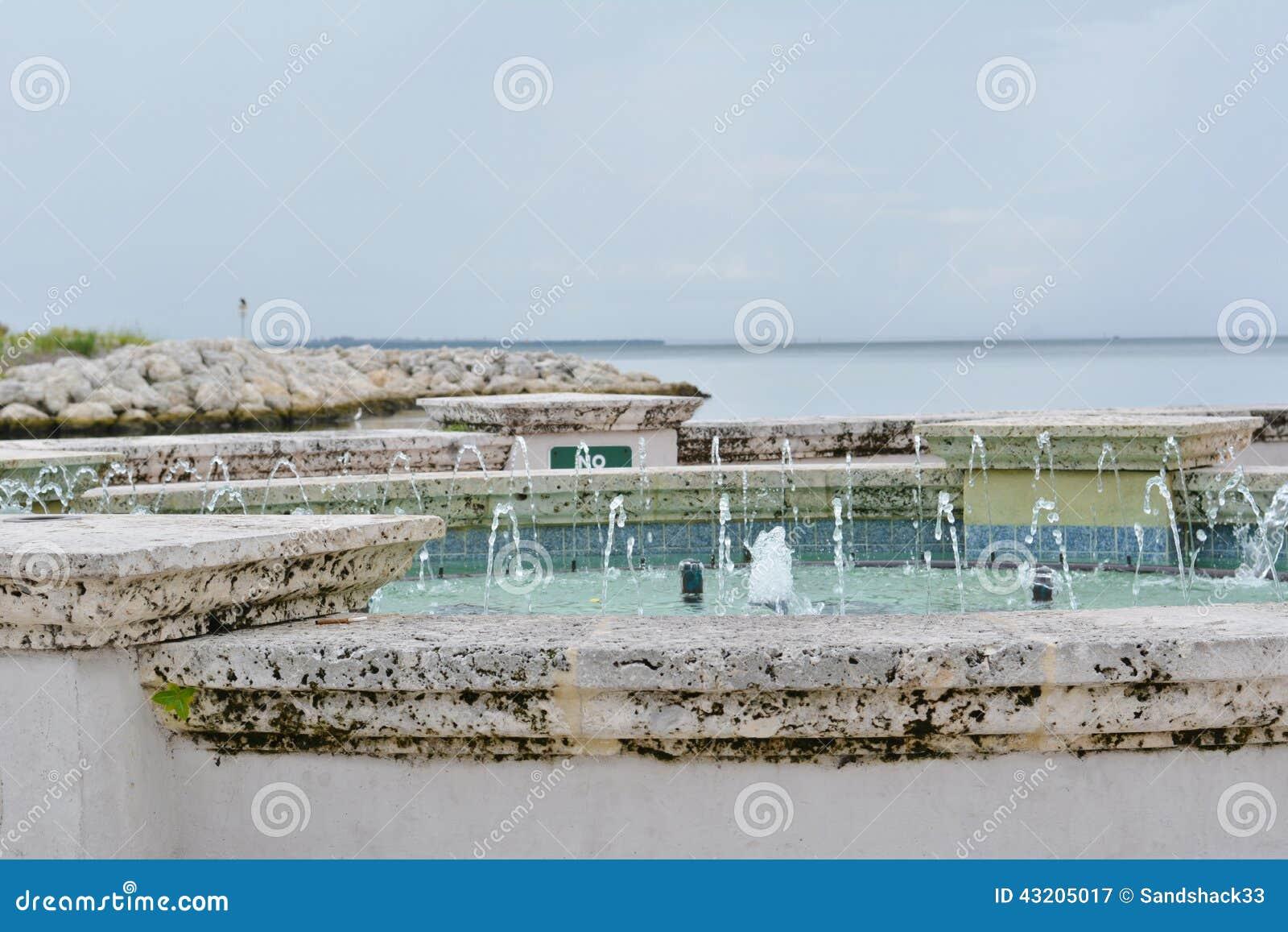 Download Serene Fountain /Waterfall redaktionell arkivbild. Bild av kust - 43205017