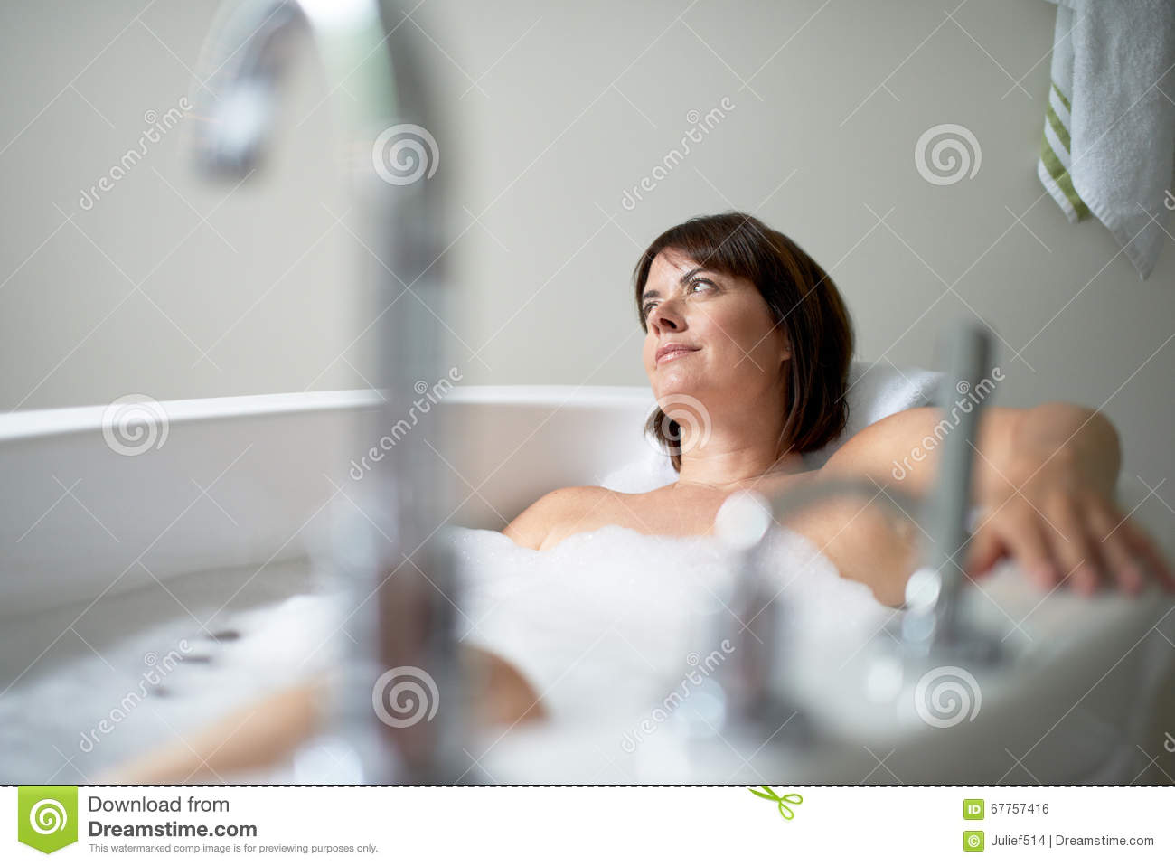 Mature lady bathtube