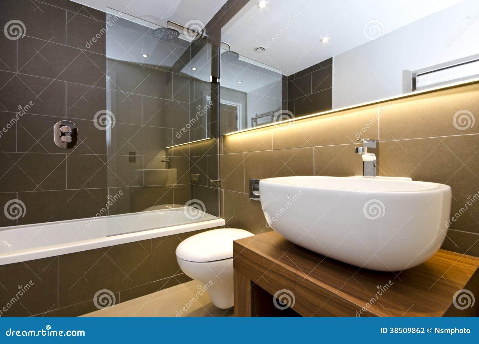 serie alla moda del bagno di tre pezzi con le pareti piastrellate scure