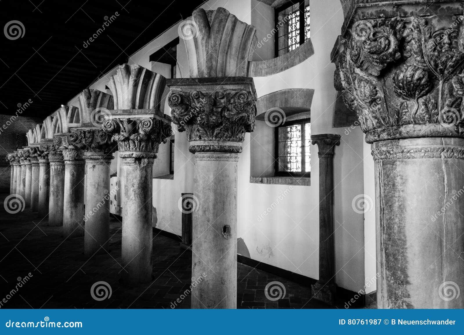 Serie de columnas quebradas en blanco y negro