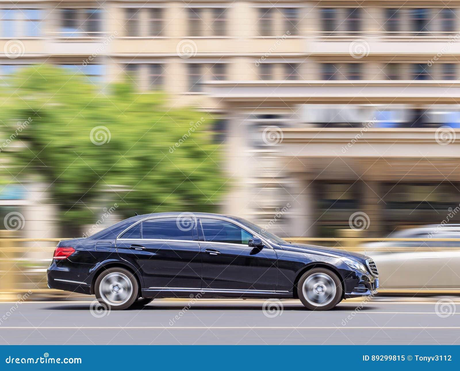 Serie del Mercedes-Benz E en el camino en el centro de Pekín, China