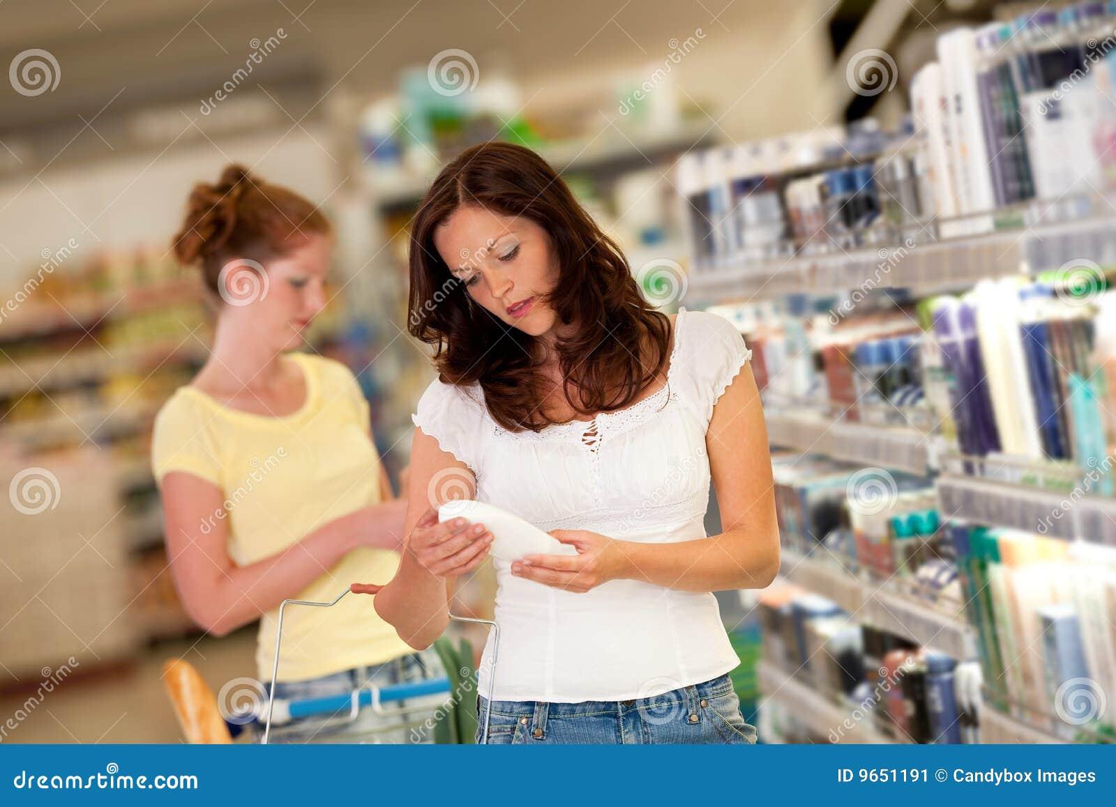 Serie di acquisto - donna in un supermercato