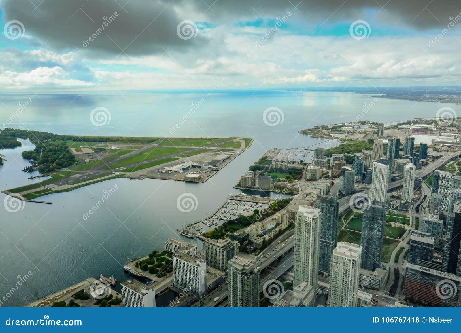 Seriell sikt av Toronto, sjön och den närliggande flygplatsen som lokaliseras på en liten ö