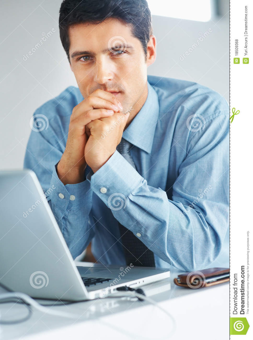 [Imagem: serious-businessman-sitting-front-laptop-18509368.jpg]