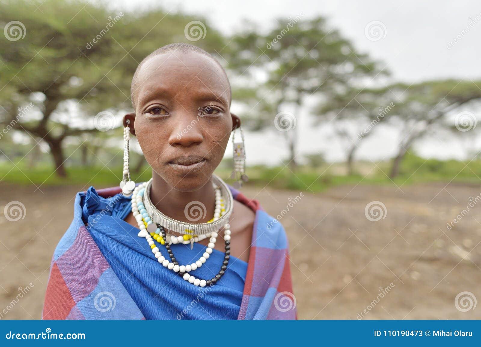 Seronera, Tanzanie, le 12 février 2016 : Femmes de Maasai portant jewerly