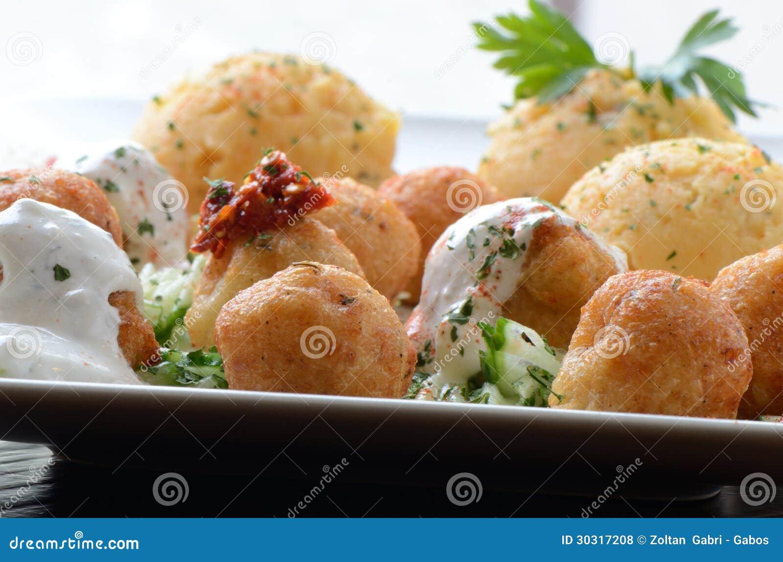 Serowe piłki z kwaśną śmietanką i papryką